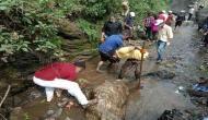 रुद्रप्रयाग डीएम ने खुद उठाया सफाई का बीड़ा, नाले की साफ करते देख लोगों ने...