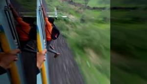 चलती ट्रेन में खतरनाक स्टंट कर रहा था युवक, तभी उसके साथ हुआ ये खतरनाक....