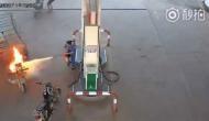 Video: पेट्रोल पंप पर खड़ी गाड़ी में लगी अचानक आग, कर्मचारी ने दिखाई हिम्मत और...