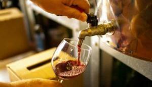 शराब के शौकीनों के लिए जन्नत है ये जगह, यहां फ्री में पीने आते हैं लोग