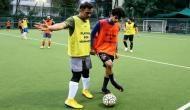 क्रिकेट छोड़ धोनी ने 'धड़क' स्टार ईशान खट्टर के साथ खेला फुटबॉल मैच, देखें तस्वीरें