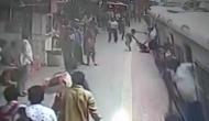 Video: चलती ट्रेन में चढ़ने की कोशिश कर रही थी महिला, तभी फिसल गया पैर और फिर…