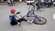 VIDEO: तेज प्रताप यादव ने चलाई तेज साईकिल, बिगड़ा बैलेंस और गिरे धड़ाम