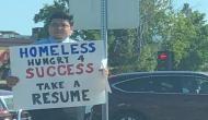 युवक ने नौकरी खोजने के लिए ट्रैफिक सिग्नल पर खड़े होकर किया अनोखा काम और बन गई बात