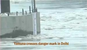 दिल्ली में खतरे के निशान के ऊपर यमुना, 150 साल पुराना पुल बंद, 27 ट्रेनें रद्द