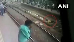 Video: सुसाइड करने के लिए पटरी पर लेट गया शख्स और फिर ट्रेन आई...