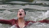 गंगा मे शूटिंग कर रही एक्ट्रेस डूबने लगी तो डायरेक्टर को लगा एक्टिंग कर रही है और फिर..