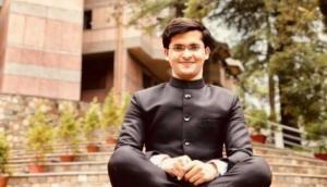 मात्र 21 साल की उम्र में IAS की परीक्षा निकाल रिक्शा चालक का बेटा बना सबसे कम उम्र का अधिकारी