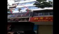 Video: अपार्टमेंट में लगी आग तो बच्चों को बचाने के लिए महिला ने पांचवी मंजिल से फेंक दिया नीचे
