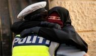 Video: बुर्का पहन कर विरोध जता रही महिला से लिपट पड़ी महिला अधिकारी और देखते रह गए लोग