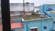Video: बाढ़ के पानी ने कुछ सेकेंड में मकान को कर दिया तबाह और जमीन पर आ गया पूरा परिवार