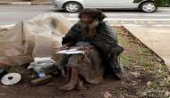 सड़क किनारे रद्दी के टुकड़ों पर क्या लिखता था ये भिखारी जो फेसबुक पर हो गया फेमस