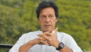 इमरान खान ने काली शेरवानी में ली पाकिस्तान के नए 'कप्तान' की शपथ, सफेद बुर्के में दिखीं बेगम बुशरा मनेका