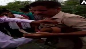 Video : शराब के नशे में पुलिस वाले ने की ये हरकत, लोगों ने कर दी जमकर धुनाई