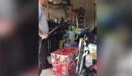 Video: घर में घूम रहा था खतरनाक सांप, महिला के पैर के पास आया और फिर...