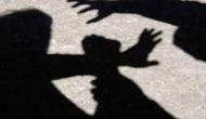 VIDEO: बीजेपी नेता की गुंडागर्दी, बुजुर्ग को मामूली विवाद में दौड़ा-दौड़ाकर लाठी-डंडों से पीटा