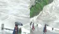 Video: बाढ़ में ढहने वाला था पुल, बच्चे के लिए फरिश्ता बनकर पहुंचा ये शख्स