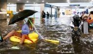 जब रेलवे स्टेशन पर भर गया पानी तो लोगों ने ऐसे की जमकर मस्ती, वीडियो वायरल