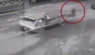 Video: खचाखच भरी सड़क के बीच से निकल गया 'भूत', देखकर दंग रह गए लोग