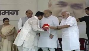 पीएम मोदी और अमित शाह ने भाजपा के अध्यक्षों को सौंपे अटल बिहारी वाजपेयी के अस्थि कलश