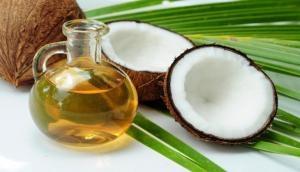 नारियल का तेल है बालों के लिए बेहद फायदेमंद, डेंड्रफ भी करता है दूर!