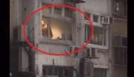 खिड़की के पास संबंध बना रहे कपल का वीडियो बना रहे थे लोग, तभी दिखा ऐसा नजारा उड़ गए होश..