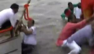अस्थि कलश यात्रा: वाजपेयी की अस्थि विसर्जन के दौरान नदी में गिरे बीजेपी सांसद-विधायक समेत पुलिस के आला अफसर
