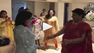 प्रियंका और निक की सगाई में दोनों की मम्मी ने पंजाबी गाने पर लगाए ठुमके, वीडियो वायरल