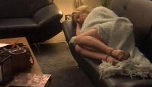 अकेले सो रही इस हॉलीवुड सिंगर के पास पहुंचे लड़के और फिर वो हुआ जो किसी ने नहीं सोचा होगा