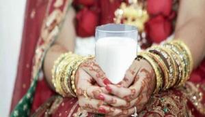 सुहागरात में दूल्हा-दुल्हन के बाथरूम जाने पर होती है रोक, जानें दुनिया में शादी की 9 अजीब रस्में