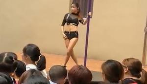 Video: स्कूल में प्रिंसीपल ने बच्चों के सामने कराया पोल डांस...
