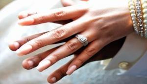 खुशहाल मैरिड लाइफ चाहते हैं तो रिंग फिंगर की जगह इस उंगली में पहनाएं सगाई की अंगूठी
