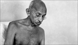 जब अपने पसंदीदा वैज्ञानिकों को हटा कर आइंस्टीन ने अपने घर में लगाई महात्मा गांधी की तस्वीर