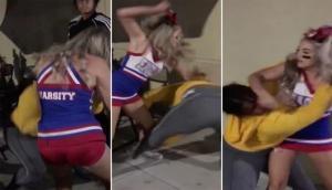 Video: चीयरलीडर को लड़की ने की छेड़ने की गलती और फिर उसके बाद...
