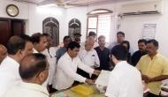गोवा में कुर्सी के लिए फिर घमासान, सरकार बनाने के लिए राजभवन पहुंचे कांग्रेस के विधायक