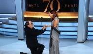 Video: अवार्ड सेरेमनी में डायरेक्टर ने गर्लफ्रेंड को स्टेज पर किया प्रपोज, नजारा देख लोग हुए हैरान
