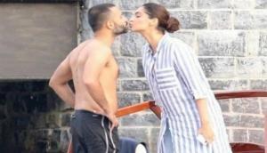 आनंद ने पहले किया सोनम को Kiss फिर बेडरुम में हुआ कुछ ऐसा और फोटो हो गई वायरल