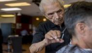 ये हैं दुनिया के सबसे बुजुर्ग नाई, 107 साल की उम्र में बालों को देते हैं बेहतरीन लुक