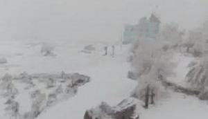Snowfall blocks Jammu-Srinagar highway, commuters stranded