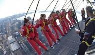 कनाडा की नागरिकता पाने के लिए इन लोगों ने जोखिम में डाली जान, 1000 फुट ऊंचाई पर लटककर ली शपथ