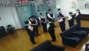 मॉर्निंग मीटिंग में बिजी थे बैंक कर्मचारी, तभी ऊपर से गिरा खतरनाक अजगर और फिर...