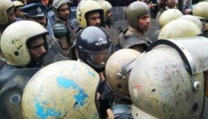 सबरीमाला विवाद: हेलमेट पहना कर महिलाओं को मंदिर ले जा रही थी पुलिस, हिंसा के चलते वापस लौटीं
