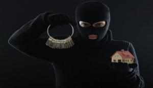 रात में घर में घुसे चोर को सोफा देखकर आ गई नींद, छड़ी मारकर सुबह मालिक ने जगाया