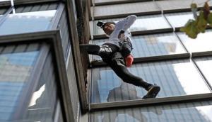 Video : इस शख्स ने 230 मीटर ऊंची बिल्डिंग पर किया ऐसा कारनामा, देखकर दंग रह गए लोग