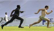 मैच के दौरान पिच पर नंगा होकर दौड़ने लगा शख्स, पकड़ने के लिए पुलिस को लगानी पड़ी दौड़