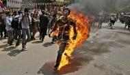 विरोध प्रदर्शन के दौरान युवक ने खुद को किया आग के हवाले, दिल दहला देंगी तस्वीरें