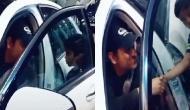 Video: धोनी ने बीच सड़क पर कार रोक कर किया कुछ ऐसा जीता 125 करोड़ भारतीयों का दिल