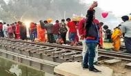छठ पर्व पर हो सकता था अमृतसर जैसा बड़ा हादसा! रेलवे ट्रैक पर खड़े होकर पूजा करते रहे सैंकड़ों लोग