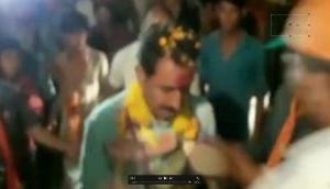 Video: चुनाव प्रचार करने गए BJP विधायक का जूतों की माला से स्वागत, गुस्साए MLA ने किया ये..