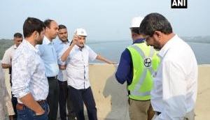 गोवा के CM मनोहर पर्रिकर ने नाक में ड्रिप लगाए किया निरीक्षण, उमर अब्दुल्ला ने BJP पर साधा निशाना